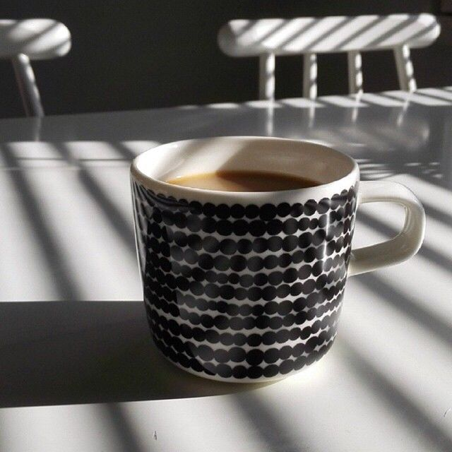 @s_annak takes the coffee in this amazing light play - how do you take yours? // #marimekko #marimekkohome #siirtolapuutarha #regram // Siirtolapuutarha coffee cup by marimekkodesignhouse