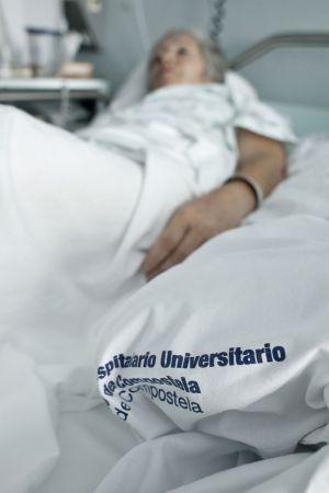 Una mujer con una pierna rota espera desde hace 14 días por un quirófano