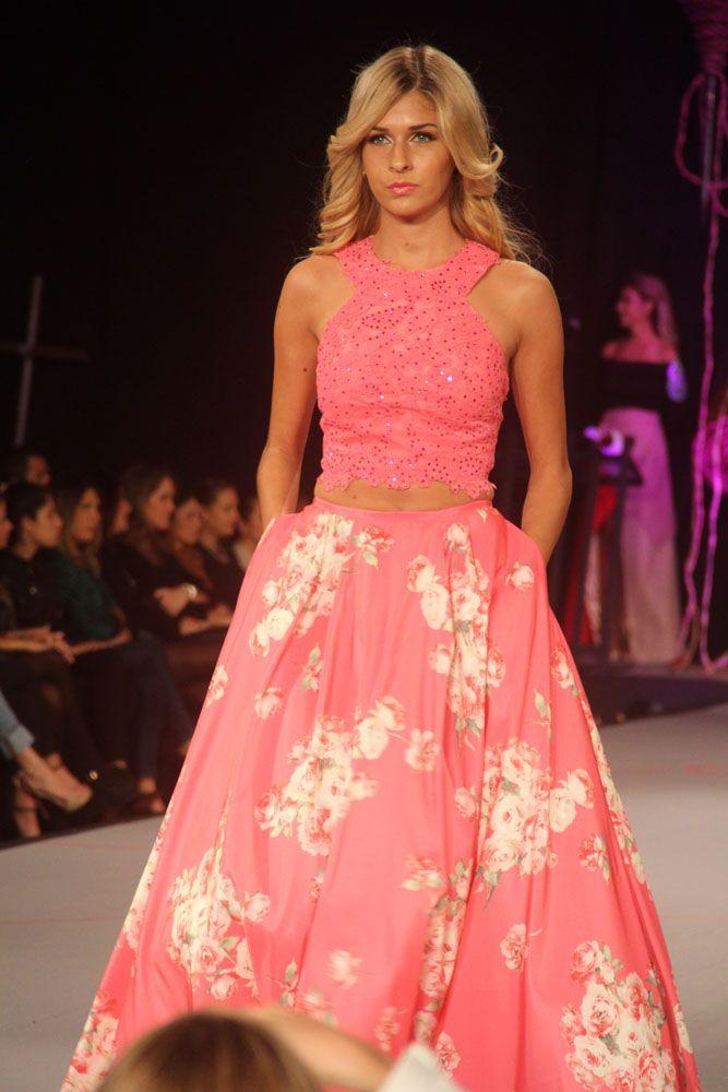 Falda y croptop en tonos rosado y floreado