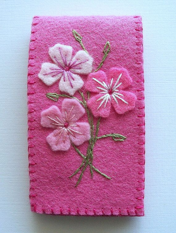 This is a small pink felt needle case. I have sewn on 3 felt flowers and embroidered them in to a little bouquet with DMC cotton mouliné