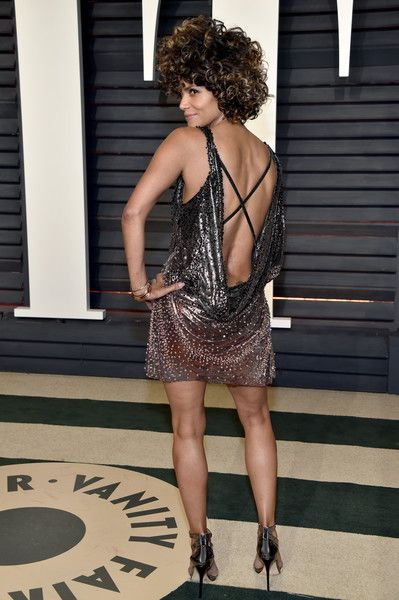 Halle Berry Photos Photos - Actor Halle Berry attends the 2017 Vanity Fair Oscar Party hosted by Graydon Carter at Wallis Annenberg Center for the Performing Arts on February 26, 2017 in Beverly Hills, California. - 2017 Vanity Fair Oscar Party Hosted By Graydon Carter - Arrivals