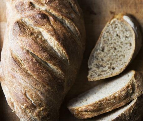 Enhver kan lave et saftigt rugbrød med den her nemme opskrift på rugbrød. Glæd dig til friskbagt brød med masser af smag!