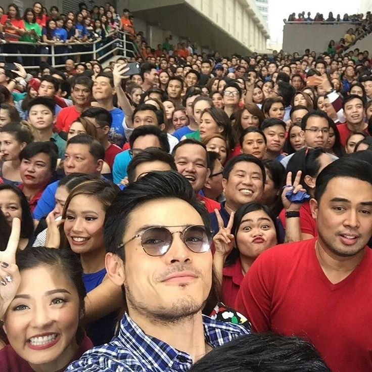 "This is Kim Chiu, Diether Ocampo, Jed Madela, and the rest of the ABS-CBN staff, executives, and celebrities smiling for the camera during the taping of the ABS-CBN 2016 Christmas Station ID, ""Isang Pamilya Tayo Ngayong Pasko"" at the ABS-CBN Compound in Quezon City. Indeed, they are proud Kapamilyas and Star Magic talents. #KimChiu #ChinitaPrincess #DietherOcampo #JedMadela #ABSCBNChristmasStationID #IsangPamilyaTayo #IsangPamilyaTayoNgayongPasko"