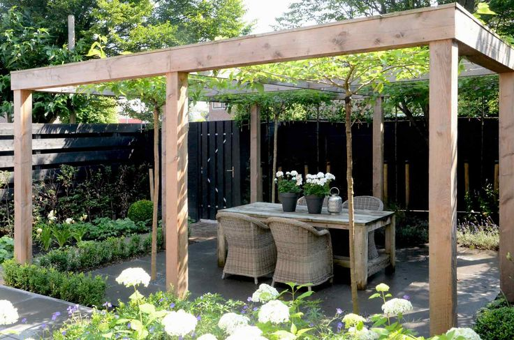 Beautiful calming outdoor area. Pergola. Friends. Rattan chairs. Chilled wine!