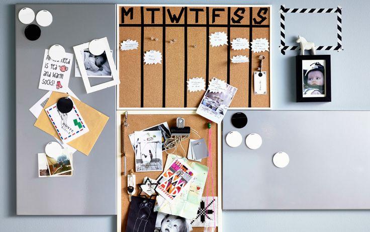 Collectie magneetborden en kurken prikborden aan de muur, waarop een zelfgemaakte kalender, kaarten en briefjes hangen