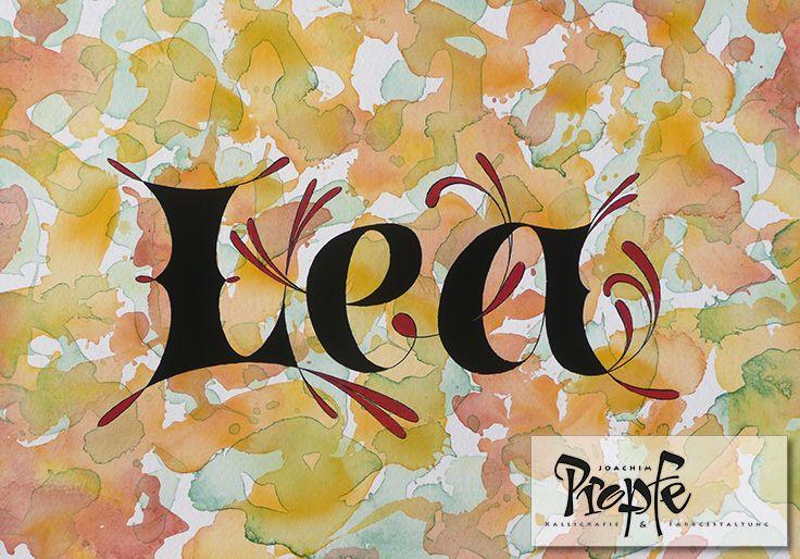 Lea, schwungvoll und selbstbewußt,auf einem handkolorierten Hintergrund auf hochwertigem Aquarellpapier.