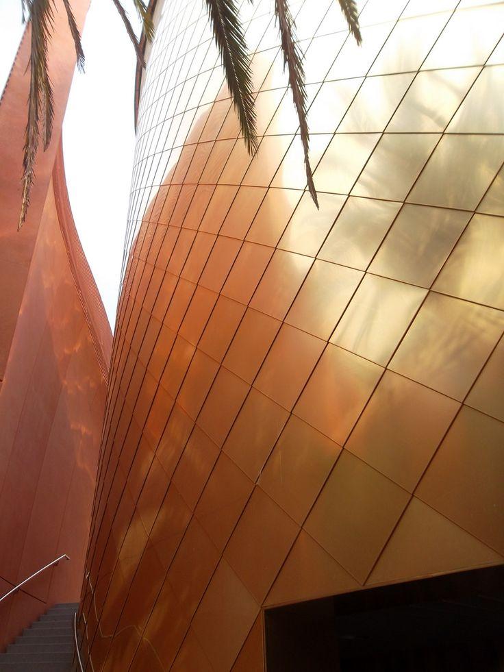 Padiglione degli Emirati Arabi Uniti: l'auditorium è alto 15 metri ed è rivestito da circa 1.000 metri quadri di scandole una lega di rame dorato.