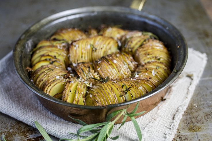 «Hasselback» poteter i form med rosmarin