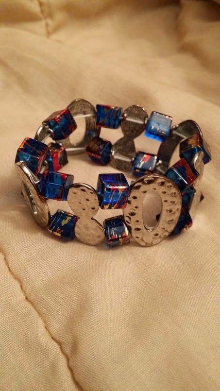 2-radigt armband i gummitråd som även detta passar till halsbandet med samma fyrkantiga pärlor. Egen design
