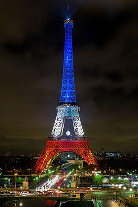 Image illustrative de l'article Attentats du 13 novembre 2015 en France / La tour Eiffel, exceptionnellement illuminée aux couleurs du drapeau français