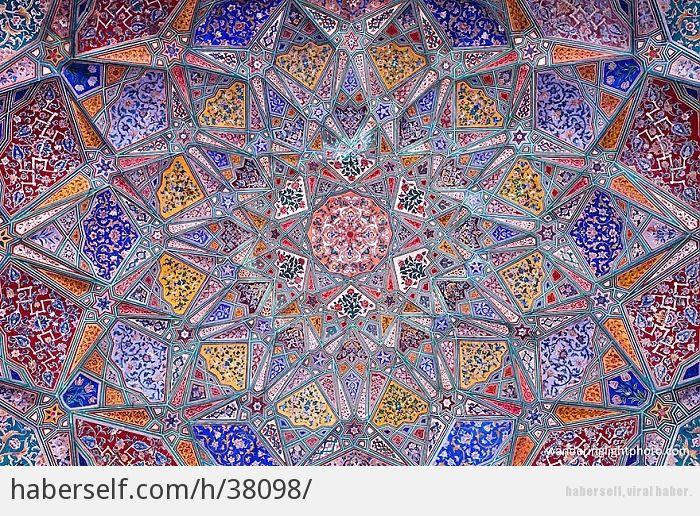 Islami Mimarinin En Guzel Camiilerinden Bakmaya Doyamayacaginiz 15 Tavan Suslemesi Haberself Fraktal Sanati Mimari Resim