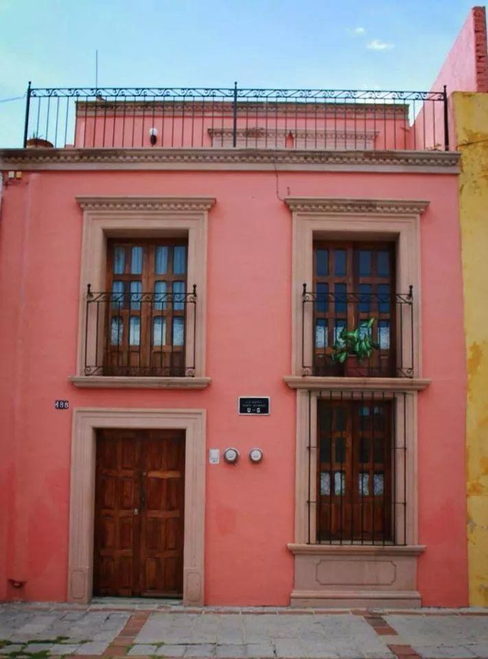 Casa tradicional de Lagos Mexican Style Homes, Spanish Style Homes, Spanish House, Mexican Hacienda, Hacienda Style, Style At Home, Fachada Colonial, Mexico House, Compact House