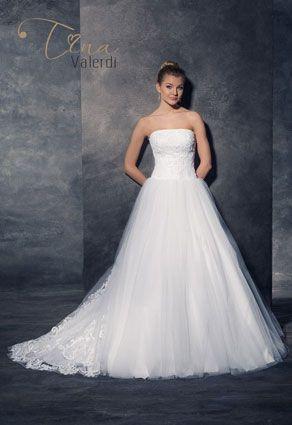 Honosné svadobné šaty s rovným výstrihom
