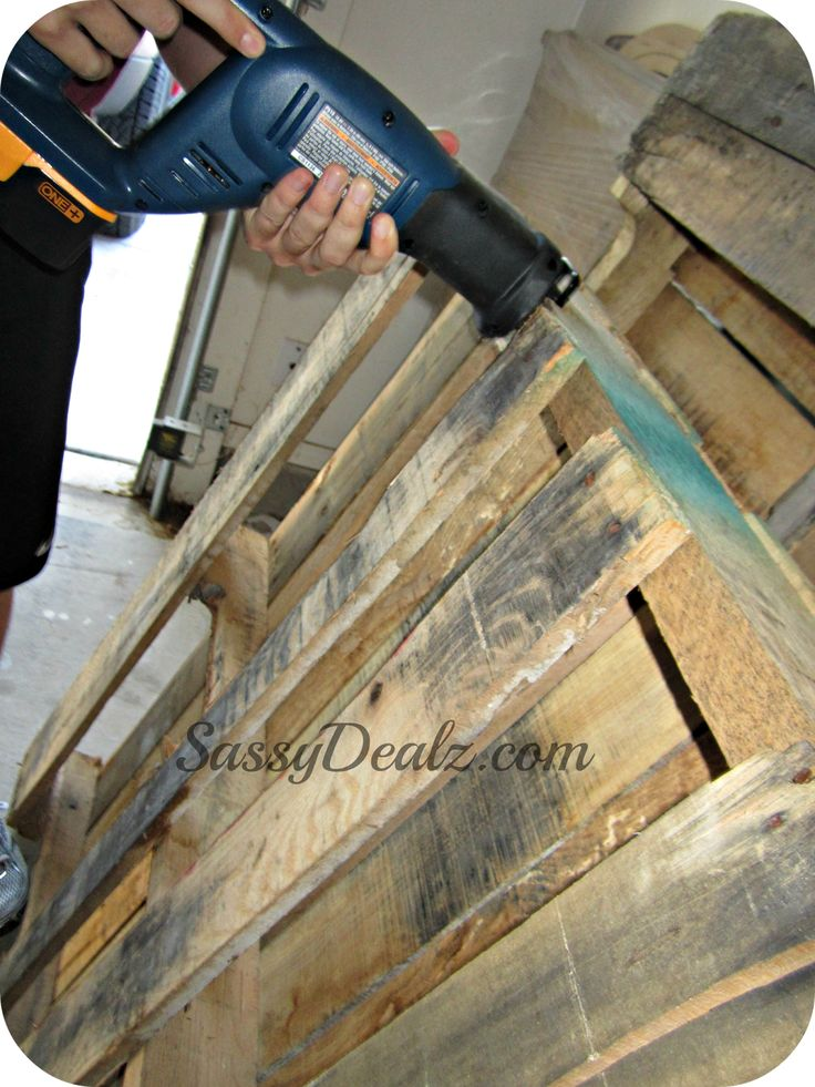 sawing the wood pallet wine rack More