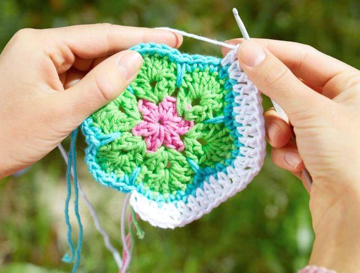 Har du ledsnat på att virka mormorsrutor kan du alltid prova att virka African Flowers i stället. Ett roligt mönster du kan använda tillmycket!