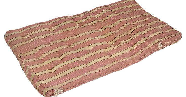 Como fazer um colchão. Com o uso de uma máquina de costura e de outros materiais, fazer um colchão caseiro será fácil.