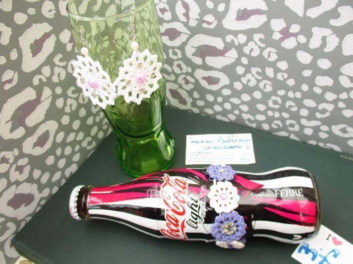 https://www.facebook.com/572877439453577/photos/a.756024187805567.1073741838.572877439453577/756025094472143/?type=3&permPage=1  -Orecchini bianchi con strass argento, mezze perle rosa e perline rosa chiaro  - Bracciale a fiori viola e bianco con strass bianchi e viola, gancino e cristallo viola alla fine della catenella  - crochet - uncinetto