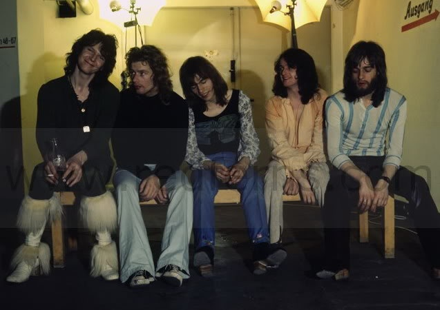 Yes in 1971.  This might be one of my favorite pictures of theirs.  Chris Squire, Bill Bruford, Steve Howe, Jon Anderson, Tony Kaye.