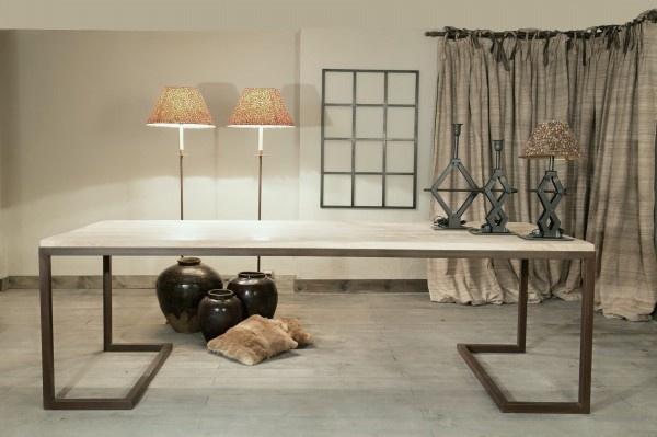 Mesa Gallery Mesa fabricada en roble de 6.5 cm de grosor encastrada sobre estructura de hierro en acabado óxido.
