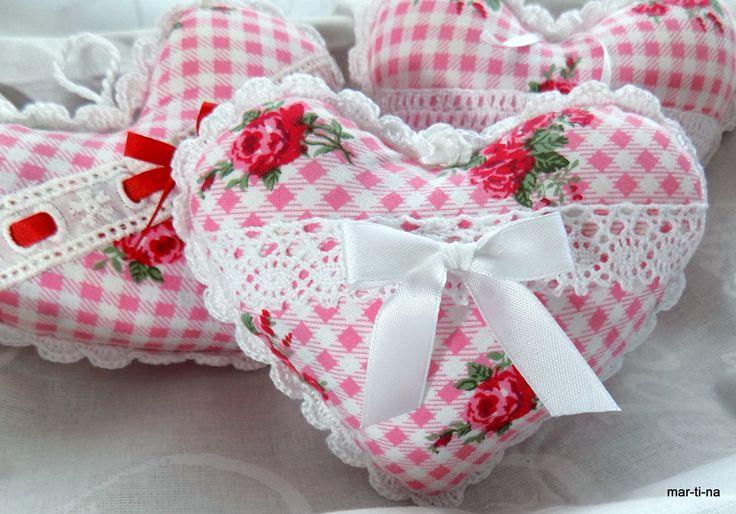Dekorační srdíčko s vůní levandule Srdíčko je ušité ze 100% bavlny, zdobeno ruční háčkovanou krajkou, bavlněnou krajkou, stužkou. Vyplněno je dutým vláknem a sušenou levandulí. Barva: Přední díl - růžovo-bílá kostička s růžičkami  Zadní díl - růžová