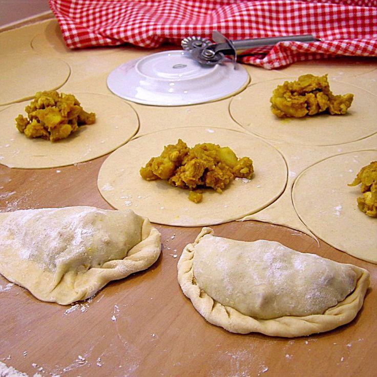 Malaisian curry puffs. Typisch Maleisisch streetfood: curry puffs, gefrituurde deegflapjes gevuld met een pikante kip-aardappelcurry. Niet moeilijk om zelf te maken en verrukkelijk!