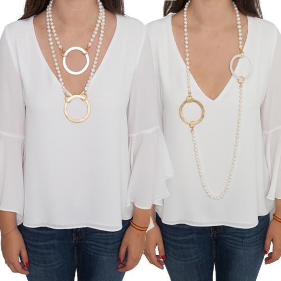 Collar largo de perlas de rio con dos aros planos de latón, uno bañado en oro mate y otro bañado en plata mate, que están colocados enfrente uno de otro y unido
