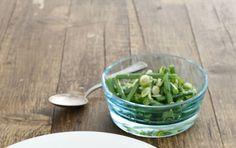 Grüne Bohnen und Frühlingszwiebeln lassen sich mit etwas Essig, Öl, Salz und Pfeffer zu einem leckeren Bohnensalat zubereiten.