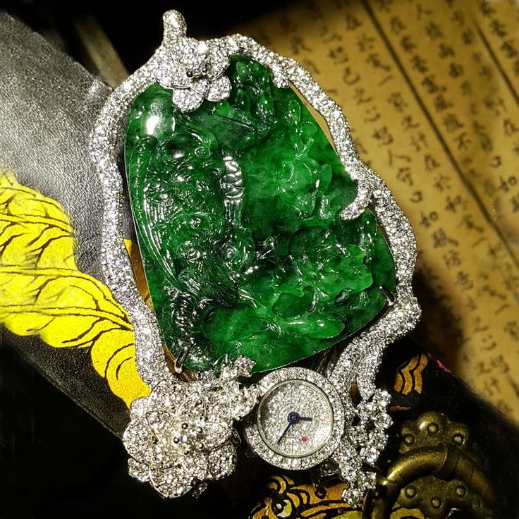 The lorgnette in The Bird's Secret Garden is hidden behind a crested bird sitting on a branch that has been expertly carved in the jadeite stone. A lorgnette as jewellery? Discover the Hong Kong based designer Anita So for Osatina, creating lorgnette glasses on pendants and secret watches, using jadeite and diamonds. http://www.thejewelleryeditor.com/jewellery/article/revival-of-the-lorgnette-anita-so-osatina/ #jewelry