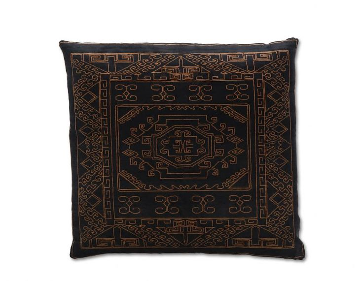 mr nest cuscions #Mr. Nest cushions Iran, FEATURES hand knotted cushion, MATERIAL 100% silk, PRODUCTION AREA Iran, COLOR just the pattern color, DIMENSIONS 120x120 cm, KNOTS/INCH soumak. http://nodusrug.it/it/collezione_tappeti_scheda.php?ID=MRNESC