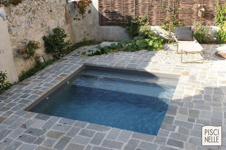 Piscinelle avec terrasse en pierre et liner gris ardoise.