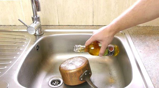 Sót és ecetet önt egy mocskos fazék aljára. Ami ezután történik csodálatos! – VIDEÓ