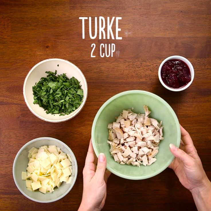 This Cranberry Turkey Crescent Ring will be the talk of your Thanksgiving! A crescent ring loaded high with turkey, spinach and cranberries makes for a delicious treat and is perfect for sharing. Also bring new life to your Thanksgiving leftovers with this crescent ring for an easy and yummy way to eat up your leftovers!