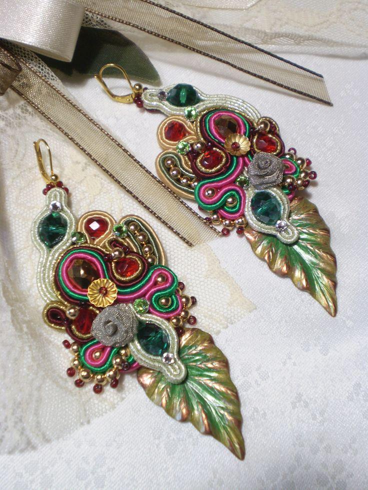 Orecchini soutache con foglie in bronzo dipinte a mano.