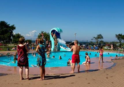 First Camp Ekerum ligger på Öland vid Kalmarsund. Barnvänlig strand, pool, flera matställen, butik. Aktivitetsledare under högsäsong.