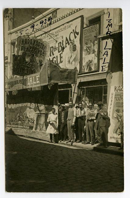 İzmir Lale Sineması'nın açılışında (1929) sinemanın sahibi Filmer kardeşler kapı önünde poz veriyorlar.  Gökhan Akçura Arşivinden.