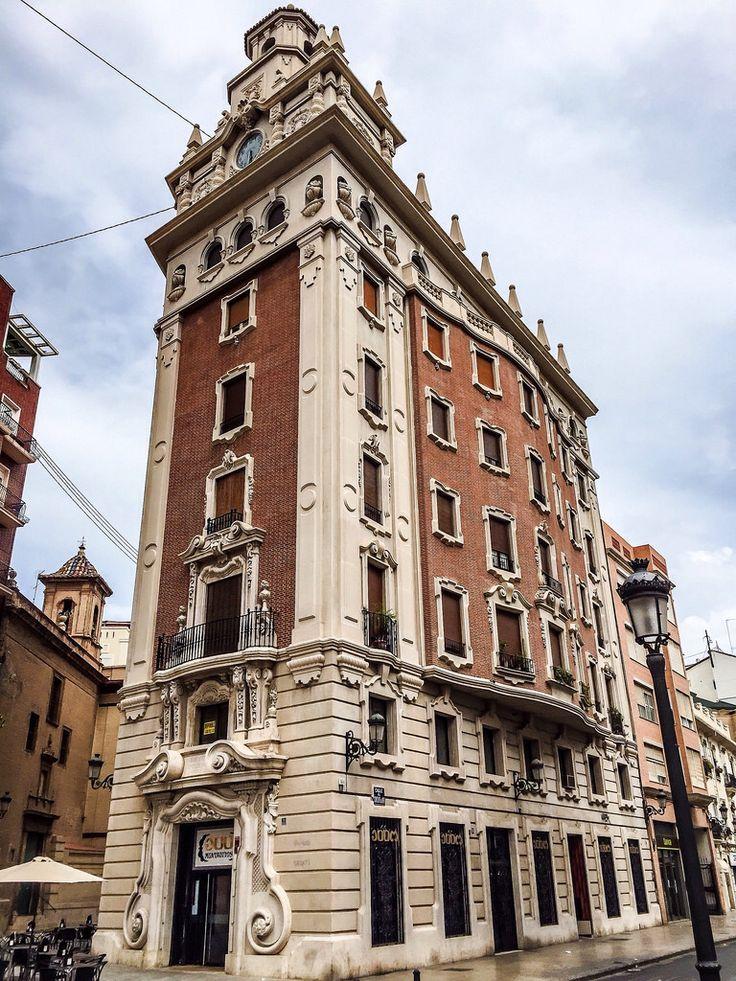 Edificio de la Caja de Ahorros, Plza. del Dr. Landete (Valencia - Spain)