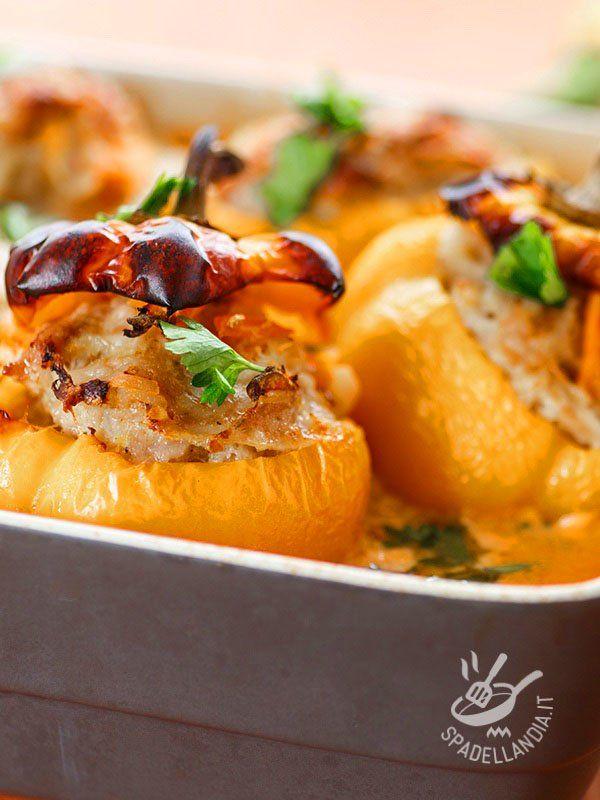 Baked peppers with sausage - I Peperoni al forno con quinoa, salsiccia e melanzane sono perfetti per provare la quinoa, un alimento strabiliante in quanto a proprietà nutritive! #peperoniconsalsiccia