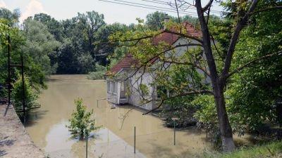 Najväčšie vodné stavy by mali Slovensko zasiahnuť zo stredy na štvrtok. Pre okresy, ktorými Dunaj na Slovensku preteká, platí najvyššia hydrologická výstraha pred povodňami.  Situáciu monitorujeme a momentálne pripravujeme databázu dobrovoľných pracovníkov, ktorých oslovíme v prípade rýchlej pomoci pri povodniach.