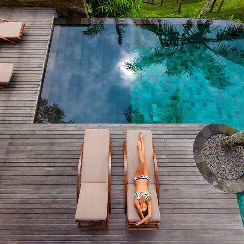 Suelos para piscina en exterior, en madera para dar un aire mucho más natural