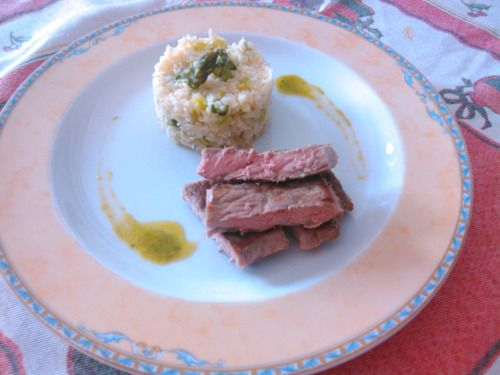 "Bife de vaca grelhado com ""arroz"" de couve-flor e espargos.  Grilled beef with cauliflower ""rice"" and asparagus."