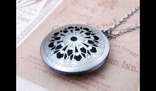 Medaillonketten - Silber locket Blumen Foto Medaillon Halskette - ein Designerstück von MadamebutterflyMeagan bei DaWanda