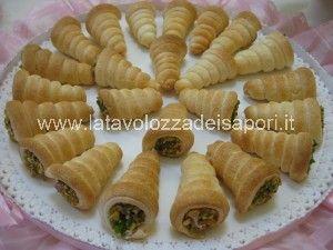 Cannoli con crema di Mortadella   http://www.latavolozzadeisapori.it/ricette/cannoli-con-crema-di-mortadella