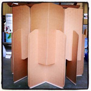 Biombo de cartón reciclado para la Fundación Vipeika.