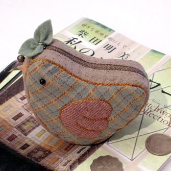 Love this little zipper bag that looks like a bird. Even love the fabrics. No pattern but it could be done, I think.