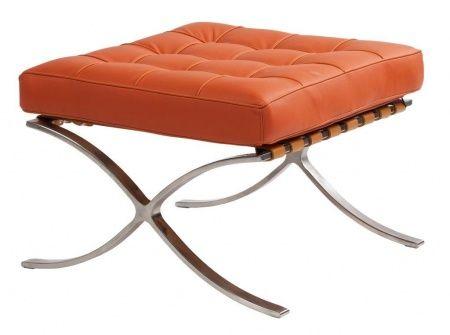 """""""Оттоманка Barcelona разработана известным архитектором Людвиг Мис ван дер Роэ в 1929 году как дополнение к креслу Barcelona. Она создавалась для того, чтобы в итоге получить подобие шезлонга и сделать сидение на кресле еще более удобным. Подушка  обтянута высококачественной натуральной кожей оранжевого цвета, к каркасу крепится ремнями. Основание оттоманки — стальная рама на двух ножках из нержавеющей стали, полированная вручную. Купите для вашего дома удобную и стильную реплику оттоманки…"""
