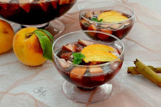 La sangria è na bevanda alcolica a base di vino, frutta e spezie conosciuta e apprezzata in tutto il mondo. Il nome sangria deriva da sangre...