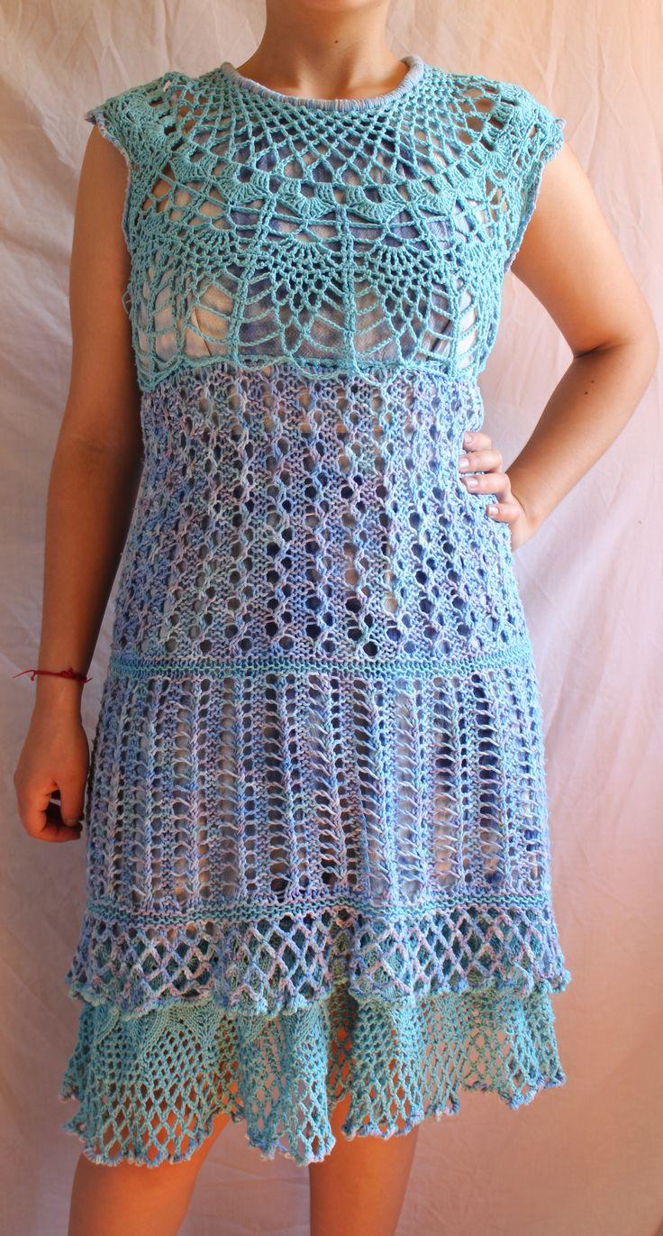 La tela de soporte es un shibori. Canesú a crochet y pollera a palillo.