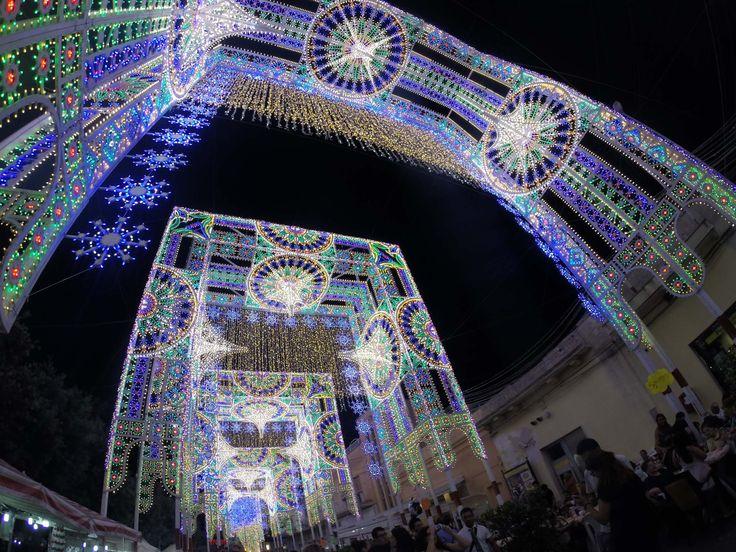 Le luminarie Marianolight realizzate per la festa di Santa Domenica di Scorrano narrano le opere architettoniche dell'uomo.