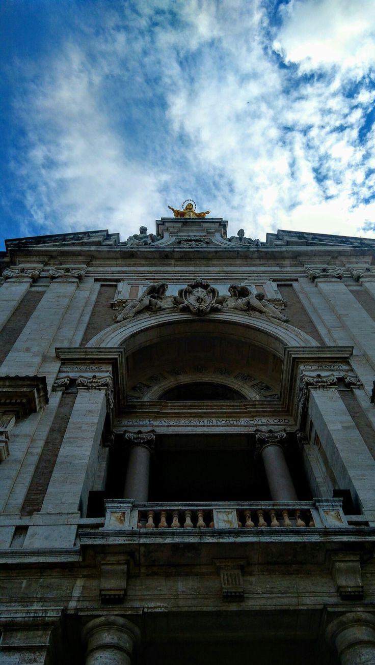 """Qui apparve il #Cristo e la #Madonna con una moltitudine di Angeli a S. Francesco. Disse #Gesù: """"cosa desideri per la salvezza delle anime?"""" #Francesco rispose:""""Ti prego che tutti coloro che,pentiti e confessati,verranno a visitare questa chiesa, ottengano ampio e generoso perdono,con una completa remissione di tutte le colpe""""💓⚖☦ #Basilica di #Santa #Maria degli #Angeli ad #Assisi. #Virgo #Potens #Mary #Angelo #Arcangelo #Michael #Gabriel #Raphael #Madonna #love #porziuncola…"""