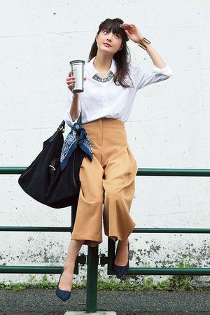 バンダナをアクセントにしたベーシックカラーのゆるコーデ♪ ビジネスシーンにおすすめのコーデ、ファッションスタイルのアイデア。